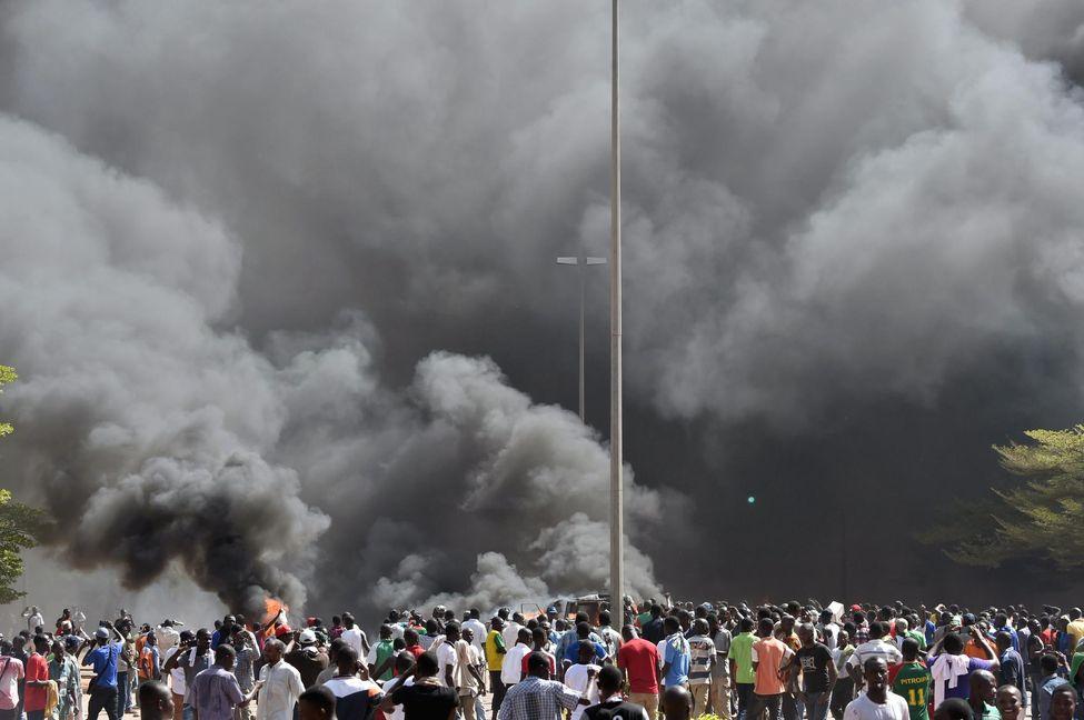 En direct – Crise au Burkina Faso: Blaise Compaoré annonce la dissolution du gouvernement