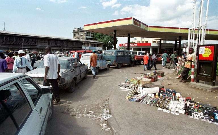 Kinshasa: calvaire des automobilistes aux stations-service