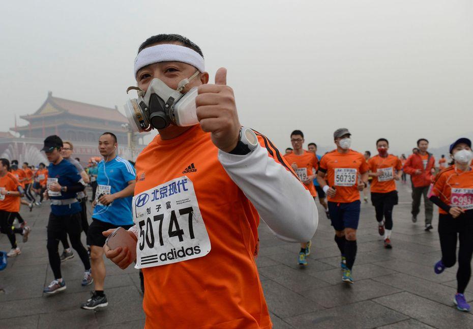 Athlétisme: les marathoniens de Pékin avec des masques antipollution