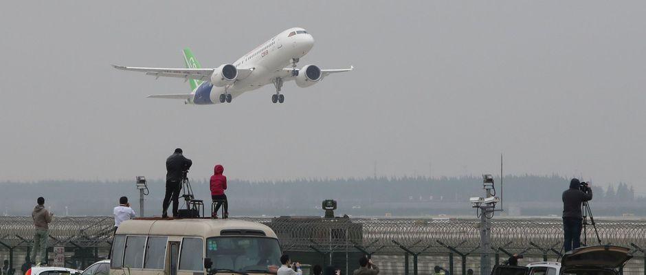 Aéronautique: le premier avion chinois C919 «made in China» prend son envol