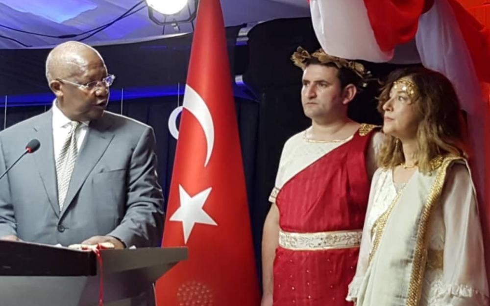 L'ambassadrice turque en Ouganda sanctionnée pour s'être déguisée en Grecque
