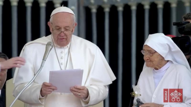 Le pape rend hommage à une religieuse de 85 ans sage-femme missionnaire en Afrique
